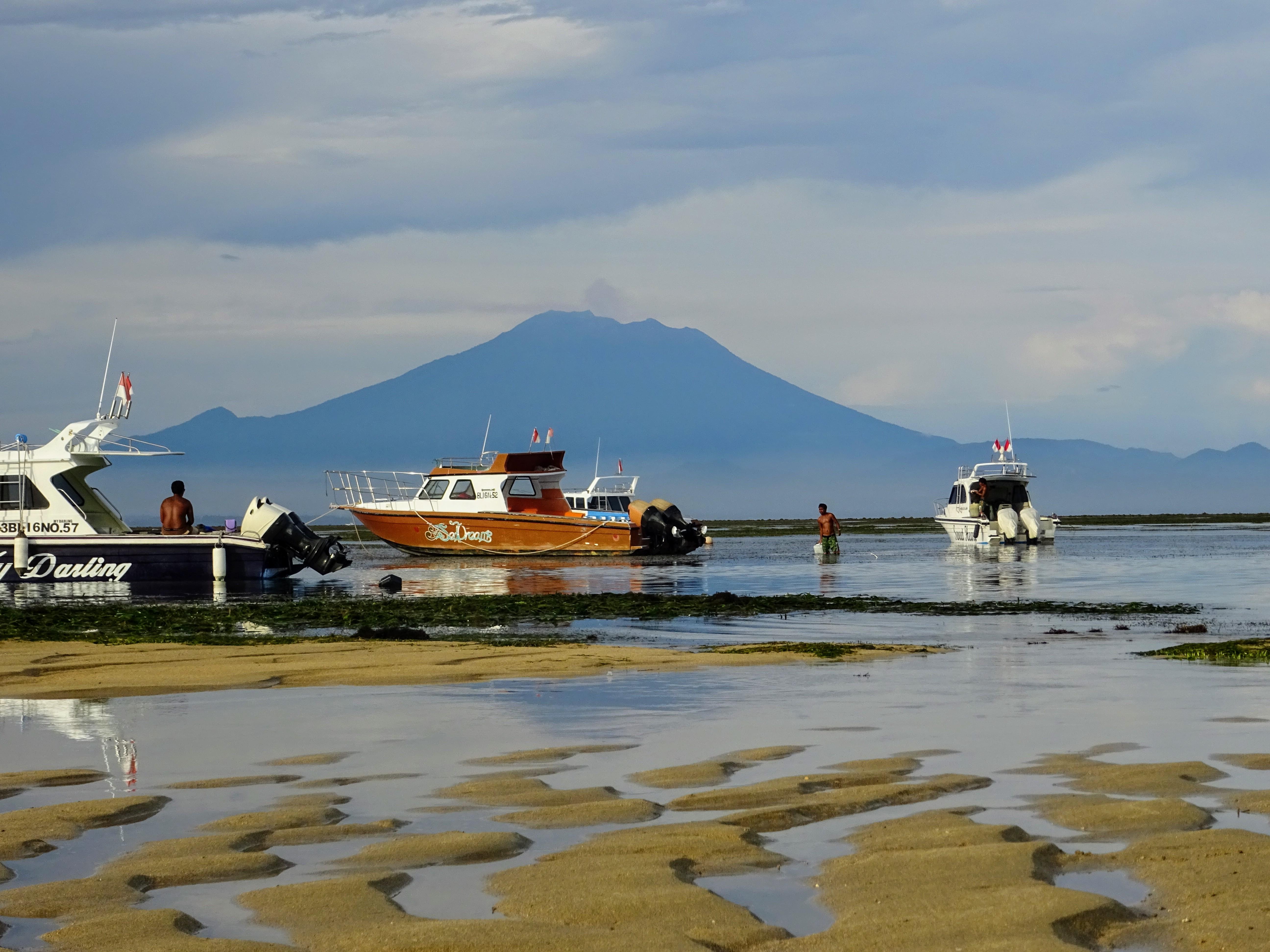 Lodě uvízlé za odlivu na mělčině a v dálce sopka Agung © Filip Altman