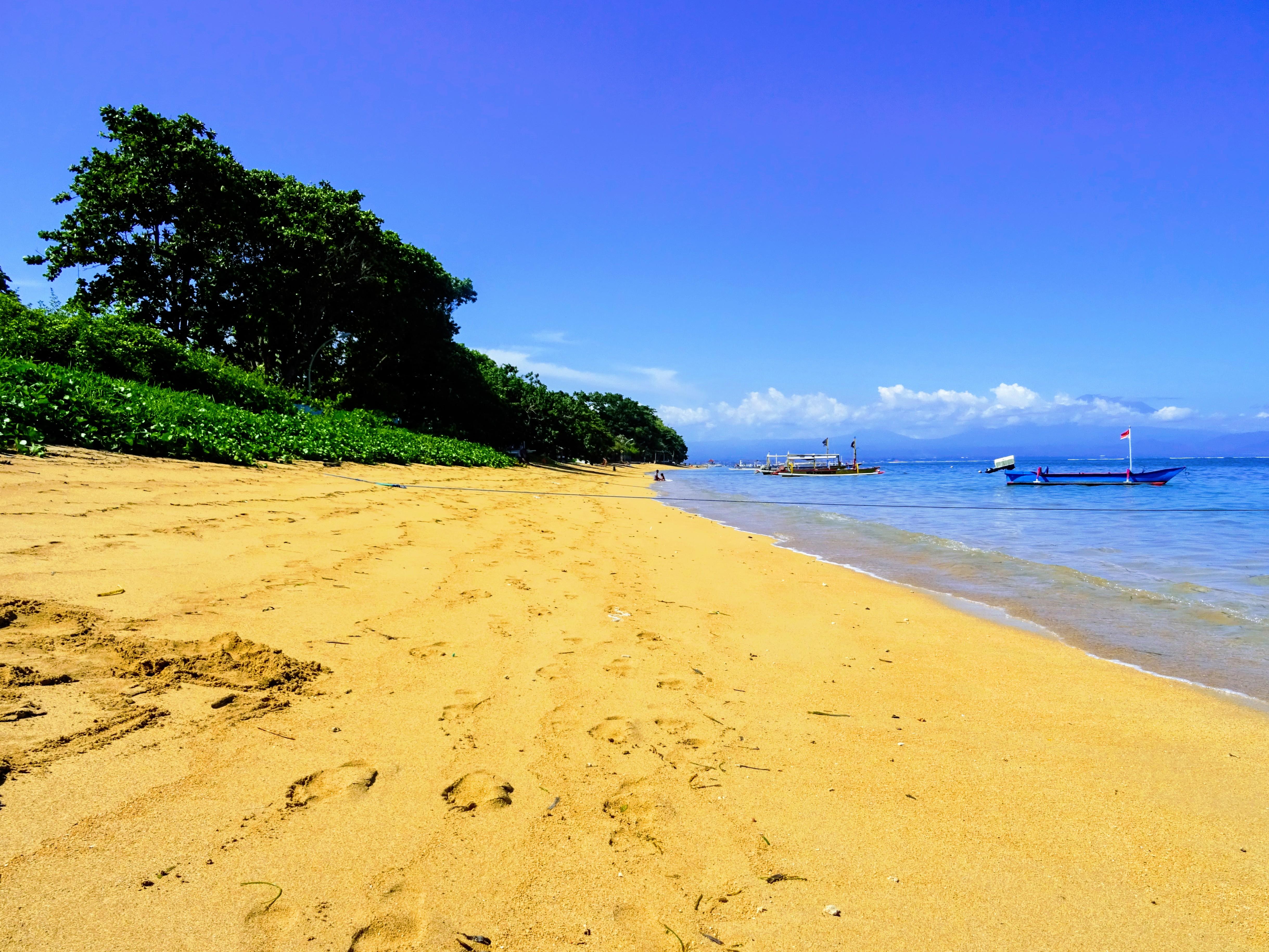 V Sanuru jsou pláže se světlým pískem a dá se tu v klidu ležet a opalovat se © Filip Altman