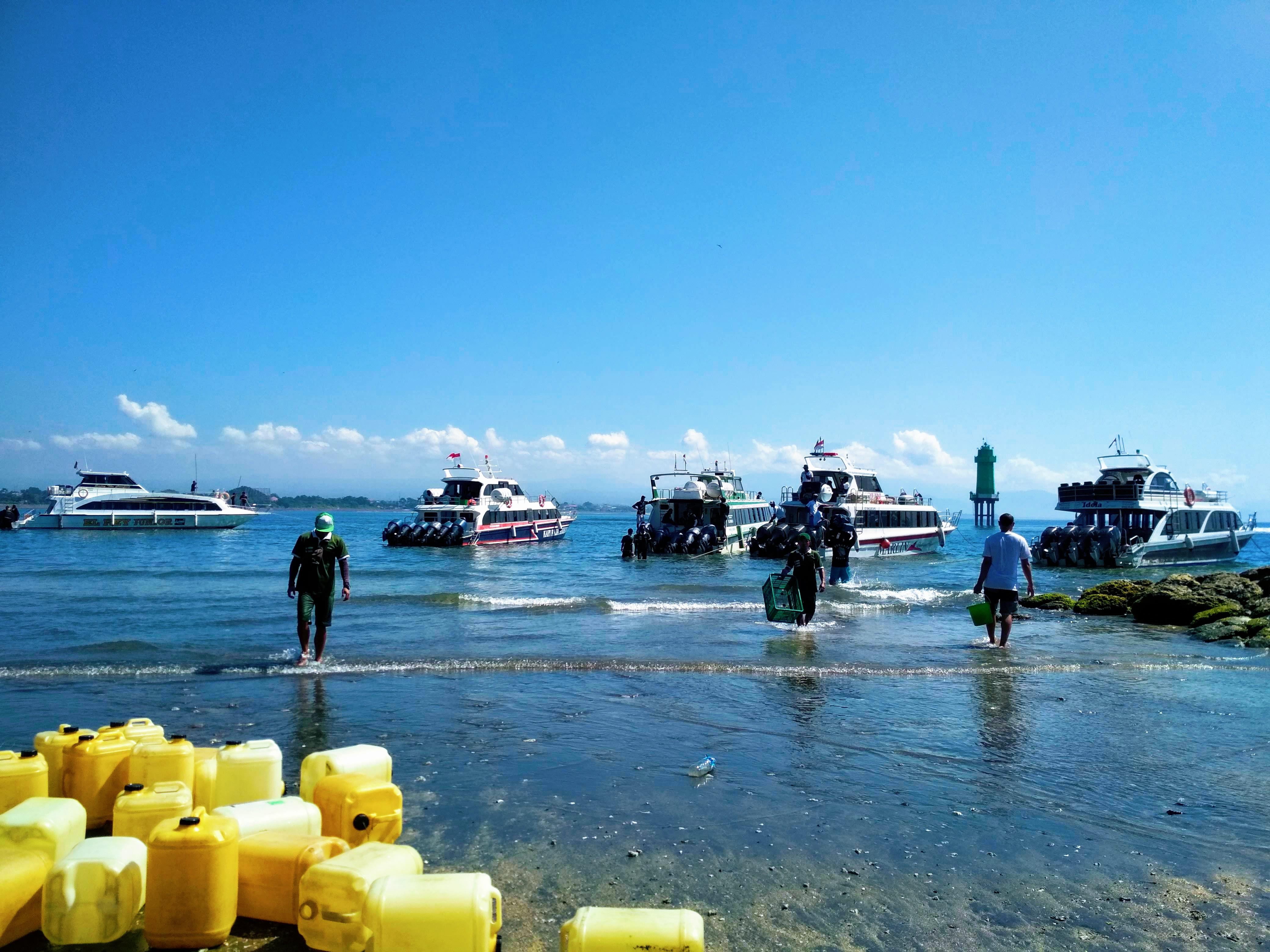 Lodě převážející turisty na ostrov ze Sanuru © Filip Altman