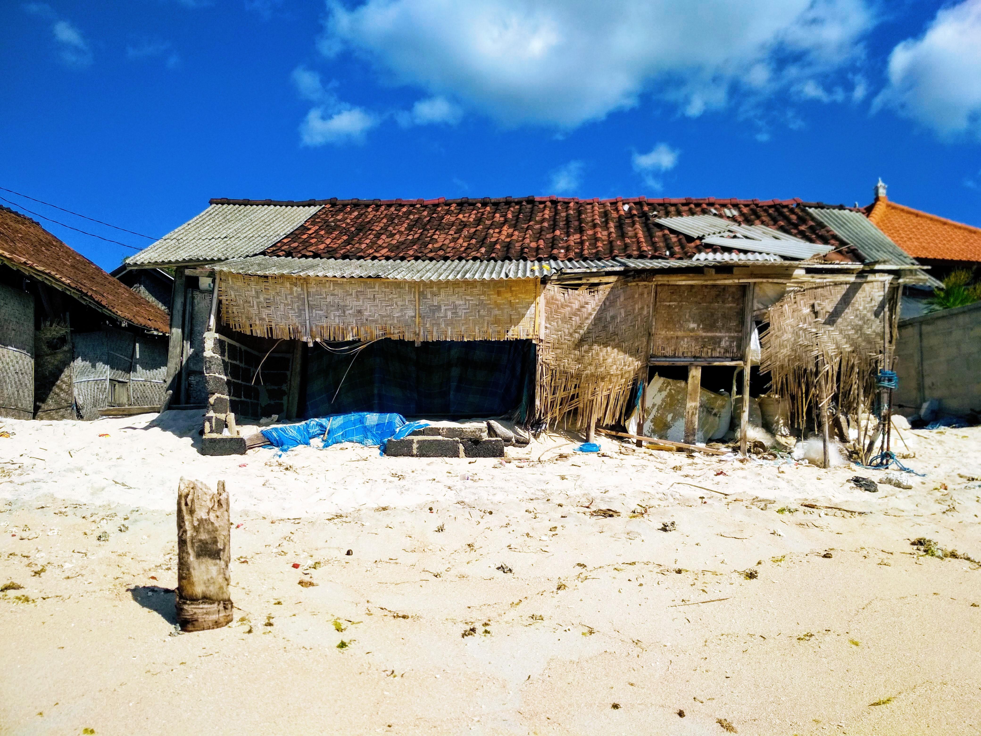 Pláže tu lemují polorozpadlé chýše © Filip Altman