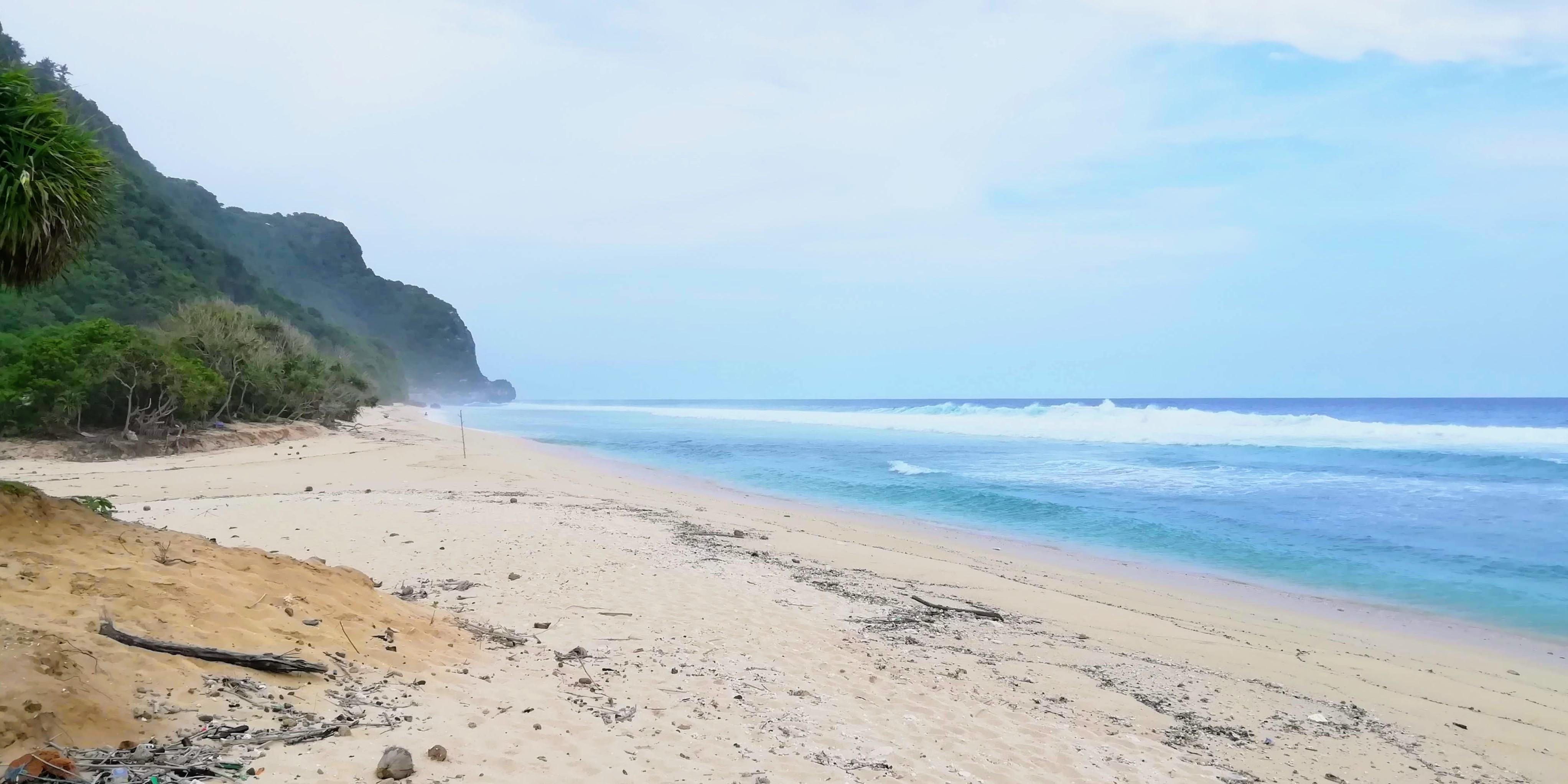 Pláž Nyang Nyang je často liduprázdná, protože se tu nedá koupat © Filip Altman
